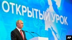 ທ່ານ Vladimir Putin ປະທານາທິບໍດີຣັດເຊຍກ່າວຄໍາປາໃສ ຕໍ່ນັກສຶກສາໃນເມືອງ Yaroslavl ຂອງຣັດເຊຍໃນວັນສຸກທີ 1 ກັນຍາ, 2017