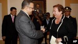 La embajadora cuando fue recibida por el presidente de El Salvador, Mauricio Funes, en la capital de ese país.