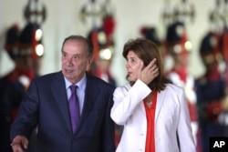 La canciller colombiana, María Ángela Holguín, a la derecha, con el ministro de RR.EE. de Brasil, Aloysio Nunes, llegan a la reunión del Comité Binacional Brasil-Colombia en el Palacio Itamaraty, en Brasilia, Brasil. Miércoles 21 de febrero de 2018.