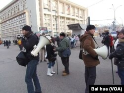 两名示威者手持喇叭准备呼喊口号。(美国之音白桦拍摄)