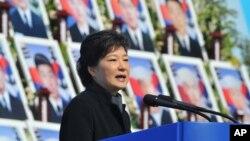 박근헤 한국 대통령이 지난 3월 대전 현충원에서 열린 천안함 사건 희생자 3주기 추모식에서 연설하고 있다.