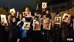 25일 미국 워싱턴에서 열린 북한자유주간 행사 중 중국의 강제북송을 규탄하는 집회가 열렸다. 참가자들이 북송된 주민들의 사진을 들고 촛불집회를 벌이고 있다.