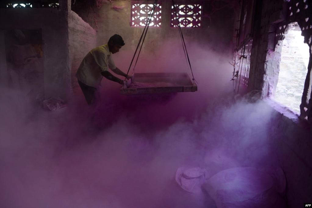 인도 실리구리 외곽 풀바리 마을의 공장 노동자가 '구랄'이라고 불리는 채색된 가루분말을 체로 치고 있다. 이 분말은 다가오는 힌두교의 봄 축제 '홀리'에 쓰여질 예정이다.
