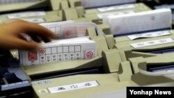 19일 울산 종하체육관에 마련된 대선 개표소에서 투표용지 묶음을 투표지 분류기에서 뽑고 있는 개표요원.