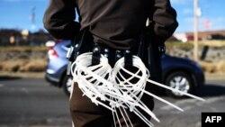 11月25日一名警察在密蘇里州戒備防民眾暴行。