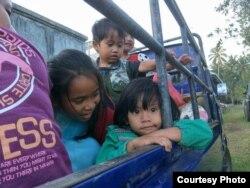 Warga desa yang terdampak aktifnya gunung Agung di Bali, dievakuasi dengan menggunakan pickup terbuka menuju 125 lokasi, yang tersebar di tujuh kabupaten yaitu Badung, Bangli, Buleleng, Denpasar, Gianyar, Karangasem, Klungkung dan Tabanan. (Foto courtesy: BNPB)