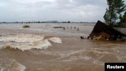 Người dân sống quanh lưu vực sông, đặc biệt là ở Miền Trung, luôn rơi vào tình cảnh mùa khô thì nguồn nước cạn kiệt, mùa lũ lại bị xả lũ ào ào lên đầu. (Ảnh minh họa)