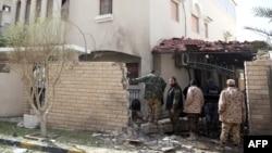 利比亞保安人員檢查伊朗駐利比亞大使官邸入口處的炸彈爆炸地點。