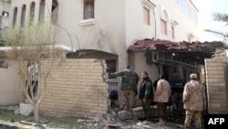 利比亚保安人员检查伊朗驻利比亚大使官邸入口处的炸弹爆炸地点
