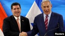 Thủ tướng Israel Benjamin Netanyahu bắt tay Tổng thống Parguay Horacio Cartes tại Jerusalem ngày 19/7/2016.