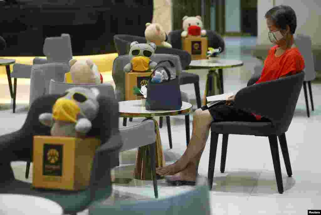 بینکاک میں بینک کھول دیے گئے ہیں، لیکن سماجی فاصلے برقرار رکھنے کے لیے نشستوں پر کھلونے رکھے گئے ہیں۔