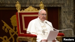 15일 바티칸에서 추기경단과 만나 메세지를 전달하는 프란치스코 1세.