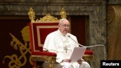 教宗方济3月15日在梵蒂冈的革利免厅与枢机主教们会晤