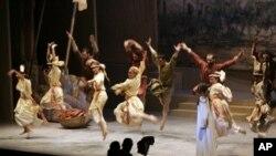 Pertunjukan musik, teater dan tarian selain menghibur, bisa menjadi pemersatu budaya yang berbeda.