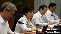 박근혜 한국 대통령이 24일 청와대에서 열린 수석비서관회의를 주재하며 중국 방문 의미 등 현안에 대해 언급하고 있다.