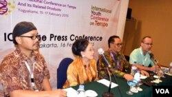 Para pembicara Konferensi Internasional tentang Tempe di Yogyakarta (17/2). (VOA/Munarsih Sahana)
