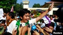 Tahanan politik Myanmar, Yan Naing Tun (tengah) dan Aung Min Naing (belakang kiri) memberikan keterangan kepada media setelah dibebaskan dari penjara Insein di Rangoon, Myanmar (31/12).