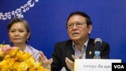 FILE - Kem Sokha, opposition CNRP vice president speaks to some CNRP's women commune councilors at CNRP's headquarter in Phnom Penh on Wednesday, August 10, 2016. ( Leng Len/VOA Khmer)
