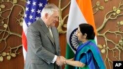 La ministra de Relaciones Exteriores de India, Sushma Swaraj (derecha) recibió al secretario de Estado de EE.UU., Rex Tillerson, en Nueva Delhi, el miércoles, 25 de octubre de 2017.