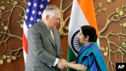 Menteri Luar Negeri India Sushma Swaraj (kanan) berjabat tangan dengan Menlu AS Rex Tillerson di New Delhi, India, Rabu, 25 Oktober 2017.