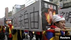 Para aktivis pro-Tibet di Taipei, Taiwan melakukan aksi dengan pura-pura mengusung 'peti mati' untuk menunjukkan duka cita terhadap para korban aksi bakar diri di Tibet (foto: dok).