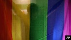 Daniel Halaby, un gay syrien qui a échappé au groupe Etat Islamique, avec son drapeau arc-en-ciel, sud de la Turquie, le 22 octobre 2015.