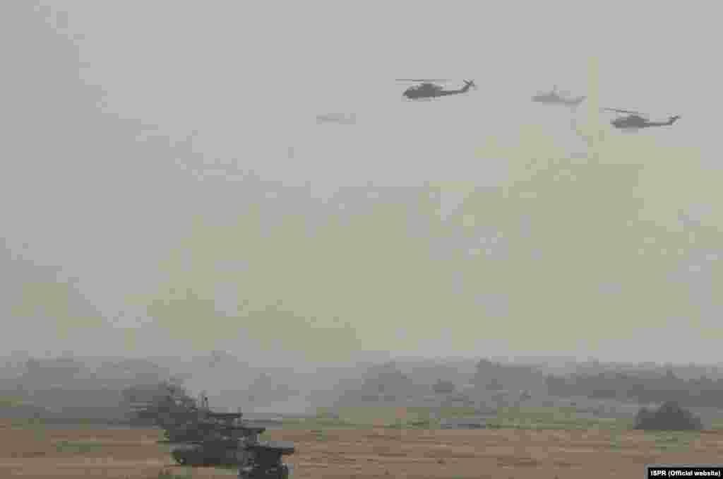 مشقوں میں لڑاکا جنگی طیارے، ٹینکوں، توپ خانے، متحرک میزائل لانچر اور دوسرے بھاری ہتھیار استعمال کیے گئے۔
