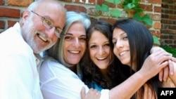 Алан Гросс (слева) с семьей