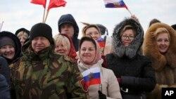 15일 러시아 보로네즈 인근 공군기지에 시리아 주둔을 마치고 귀환하는 군인들을 맞이하기 위한 환영객들이 모여있다. 러시아 국방부 제공 사진이다.