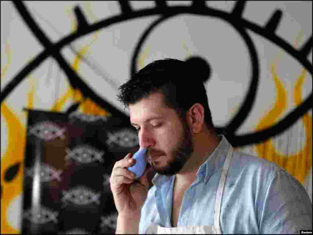 انوکھے فن کا ماہر یہ آرٹسٹ پینٹنگ بنانے کیلئے ناک کے ذریعے رنگوں کو آنکھوں تک پہنچا رہا ہے۔
