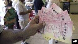 Giải thưởng khổng lồ 580 triệu đôla khiến hàng triệu người Mỹ xếp hàng rồng rắn để mua vé số vào ngày hôm qua 27/11/2012.