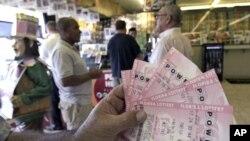Suasana di sebuah kios yang menjual lotere Powerball di Orlando, Florida (27/11).
