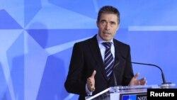 ဆီးရီးယားက ဓာတုလက္နက္နဲ႔တိုက္လာႏိုင္ဖြယ္အေပၚ တူရကီရဲ႕စုိးရိမ္မႈအေၾကာင္း သတင္းစာရွင္းလင္းပြဲ က်င္းပေနတဲ့ NATO စစ္ဗိုလ္ခ်ဳပ္ Anders Fogh
