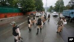 بھارتی فوجی سری نگر کی سڑکوں پر گشت کر رہے ہیں