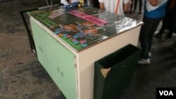 """""""Kariton"""" or pushcart in Filipino is on display at a pushcart classroom orientation in one of the toughest neighborhoods of Caloocan, the poorest municipality in Metro Manila, May 25, 2012. (S. Orendain/VOA)"""