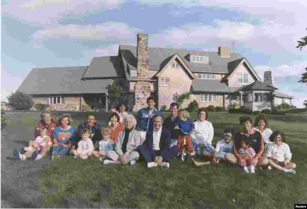 تصویری از خانواده پرزیدنت جورج هربرت واکر بوش در مقابل خانه آنها در ایالت مین