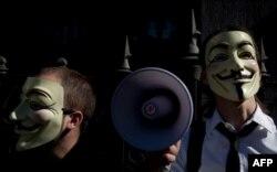 Mayıs ayında Madrid'de gösteri düzenleyen Anonymous üyeleri