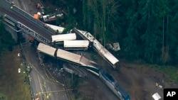 华盛顿州列车脱轨事故现场 - KOMO-TV照片
