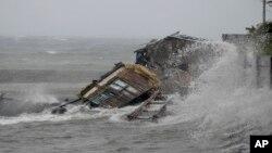 Một căn nhà trong thành phố Legazp, ở mạn nam thủ đô Manila của Philippines, bị nhận chìm dưới làn nước khi bão Haiyan tràn vào, 8/11/13