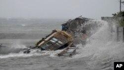 8일 태풍 '하이옌'이 필리핀 레가즈피 시를 강타한 가운데, 가옥이 무너져 내렸다.