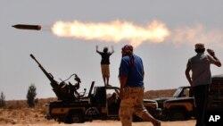 利比亞反政府武裝人員於過9月24日在蘇爾特進行砲擊。(資料圖片)