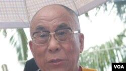 """El Dalai Lama dijo a los congresistas húngaros que el """"poder de justicia es más fuerte que el poder de las armas""""."""