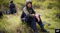 Una guerrillera de las FARC descansa en los andes colombianos. Las autoridades investigan si los autores del ataque fueron guerrilleros del Ejército de Liberación Nacional (ELN) o disidentes de las FARC que pudieran no reconocer el acuerdo de paz con el gobierno.