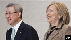 클린턴 미 국무장관과 회담하는 김성환 한국 외교통상부 장관 (좌-자료사진)
