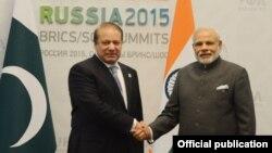 Pokiston Bosh vaziri Navoz Sharif (chapda) Hindiston Bosh vaziri Narendra Modi bilan. 15-iyul, 2015-yil, Ufa, Rossiya.