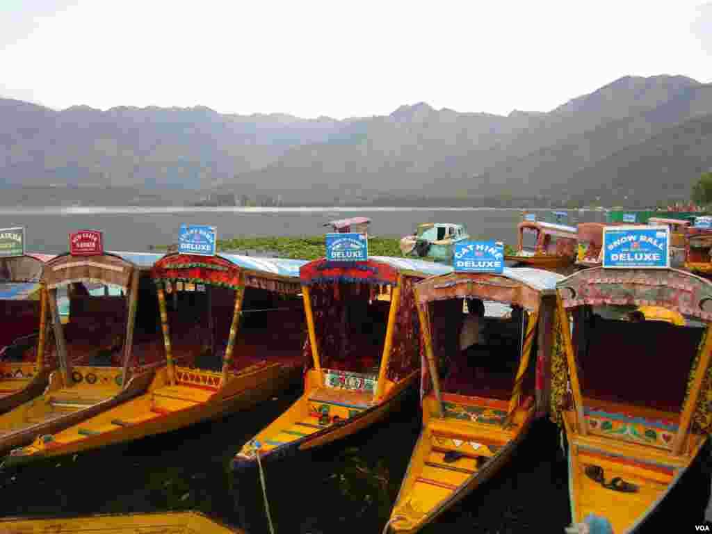 Shikaras in Dal Lake in Srinagar, Indian Kashmir. (Aru Pande/VOA)