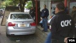 La policía venezolana inspecciona el vehículo del embajador mexicano Carlos Pujalte en Caracas.