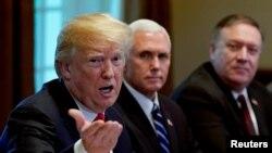 도널드 트럼프 미국 대통령이 지난 5월 백악관 회의에서 발언하고 있다. 오른쪽은 마이크 펜스 부통령과 마이크 폼페오 국무장관.
