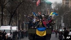 حزبِ اختلاف کے حامی صدر یونو کووچ کی معزولی کا جشن منا رہے ہیں