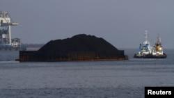 Dua kapal tongkang menarik batu bara di Selat Sunda. (Foto: Dok)